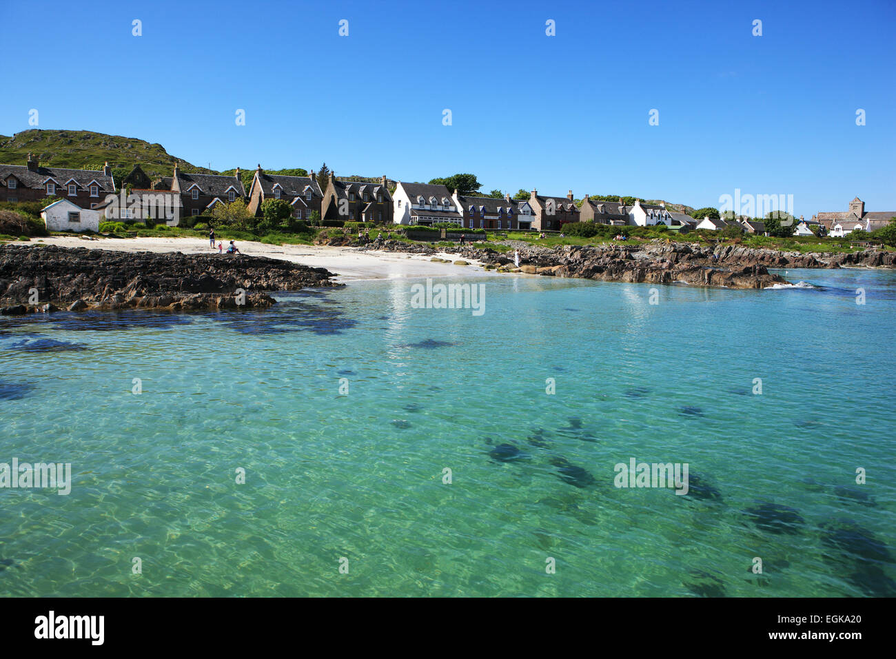 The sandy beach and turquoise seas at Baile Mór, the only village on the Isle of Iona - Stock Image