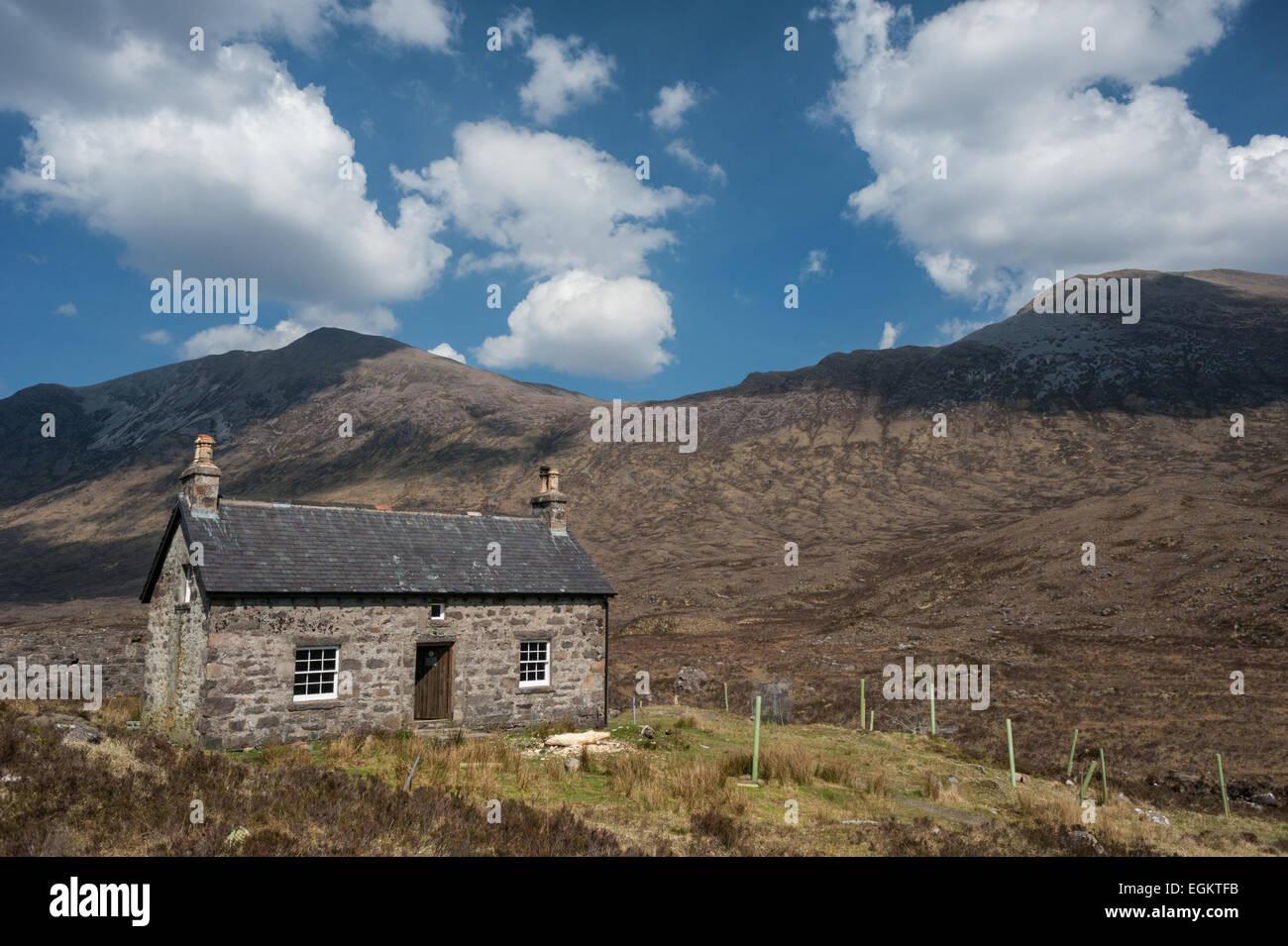 The Coire Fionnarach bothy Fuar Tholl and Sgorr Ruadh - Stock Image