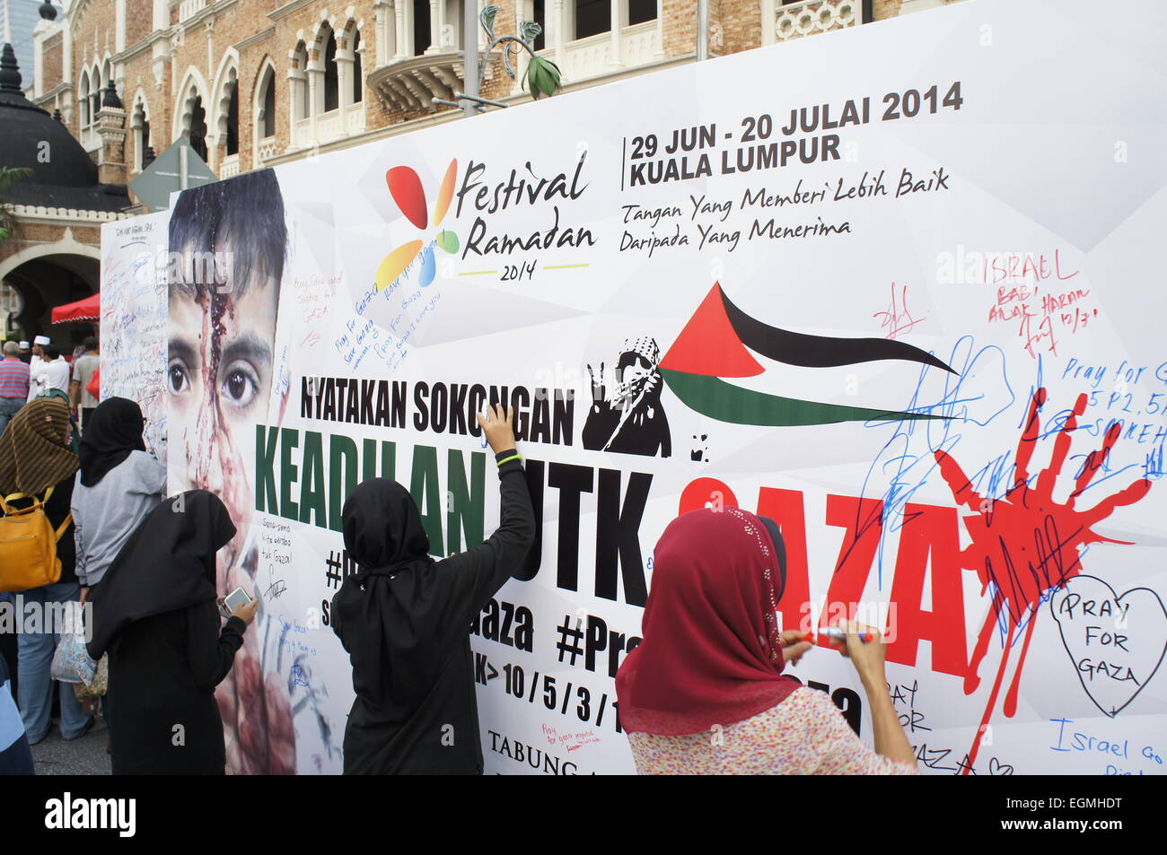 Malaysians signing petition in support of justice for Gaza - Stock Image