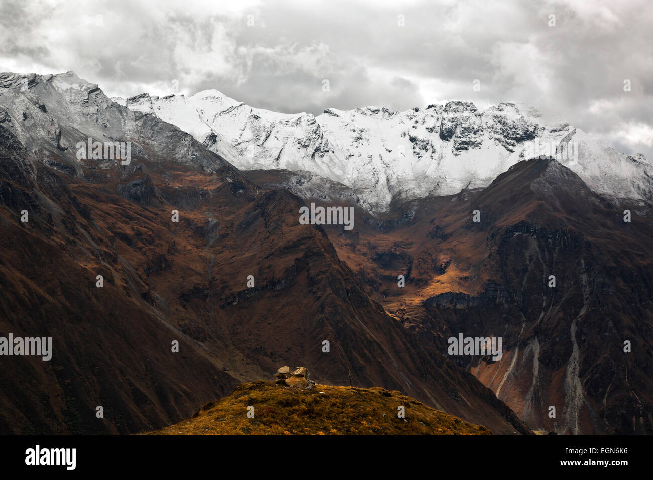 BHUTAN - Covered with a dusting of snow, these hills rise high above Paro Chhu Valley looking like true peaks of - Stock Image