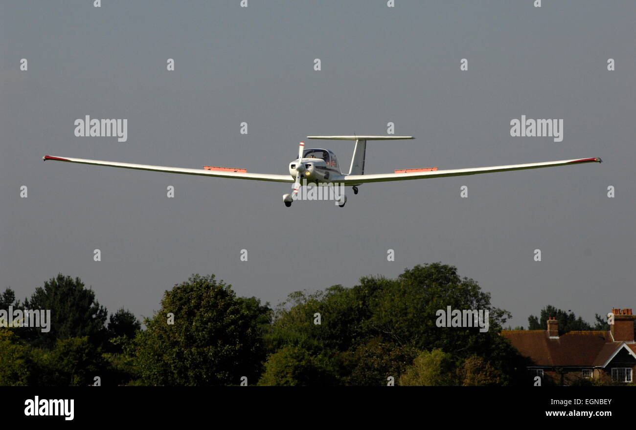 AJAXNETPHOTO - 24TH AUGUST, 2011. LEE-ON-THE-SOLENT, ENGLAND. - BRAKES ON - A PNGC POWERED GLIDER ON FINAL APPROACH. - Stock Image