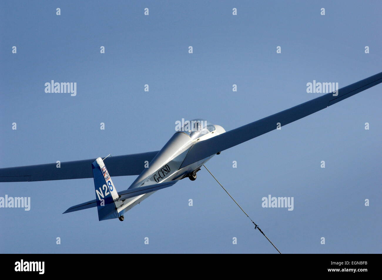 AJAXNETPHOTO - 30TH JULY, 2011. LEE-ON-THE-SOLENT, ENGLAND. - UP UP AND AWAY! - A PNGC SINGLE SEAT GLIDER RACES - Stock Image