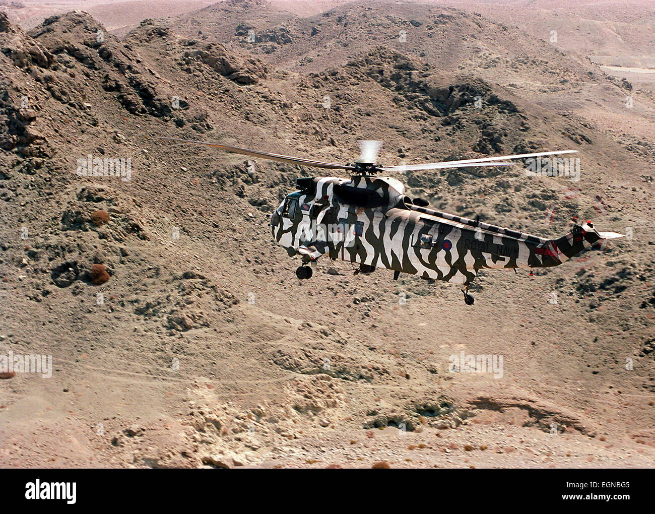 AJAX NEWS & FEATURE SERVICE (OMA-2) 5 OCT 2001. OMAN. A ROYAL NAVY AIR SQUADRON SEA KING OVERFLIES THE HARSH - Stock Image