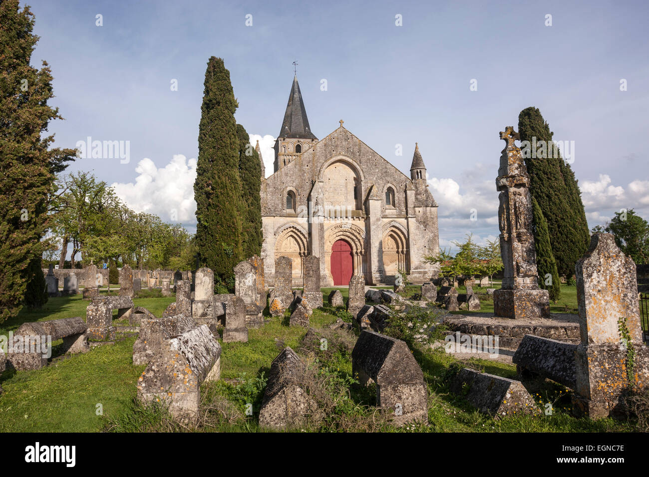 Cemetery and the front of the Church of Saint-Pierre-de-la-Tour d'Aulnay. - Stock Image