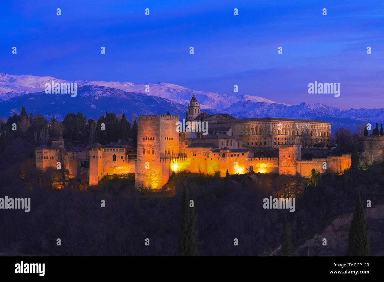 Alhambra, UNESCO World Heritage Site, Sierra Nevada and la Alhambra at Dusk, Granada, Andalusia, Spain - Stock Image
