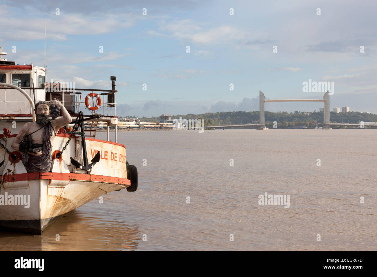 The City of Bordeaux tug boat with the brand new 'J. Chaban Delmas' vertical-lift bridge in the background - Stock Image