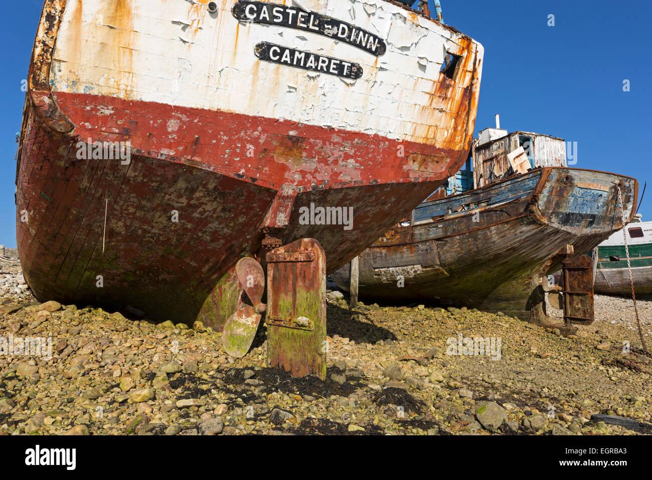 Wreck of an old fishing boat, ship graveyard, Camaret-sur-Mer, Département Finistère, Brittany, France, - Stock Image