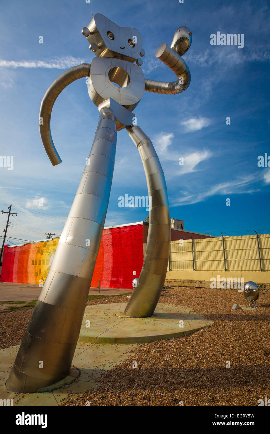 'Traveling Man' sculpture in the Deep Ellum area of Dallas, Texas. - Stock Image