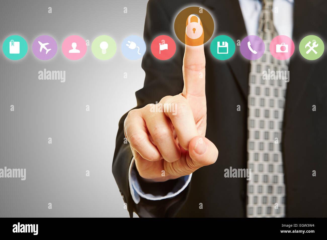 Konzept für Datenschutz und Verschlüsselung mit Hand und Schloss auf einem Touchscreen - Stock Image