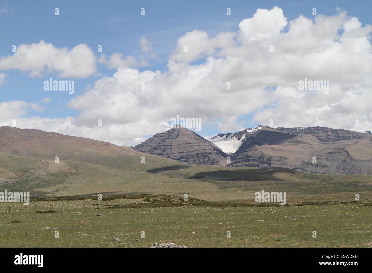 Foothills of the Tibetan landscape with mountains, China - Stock Image