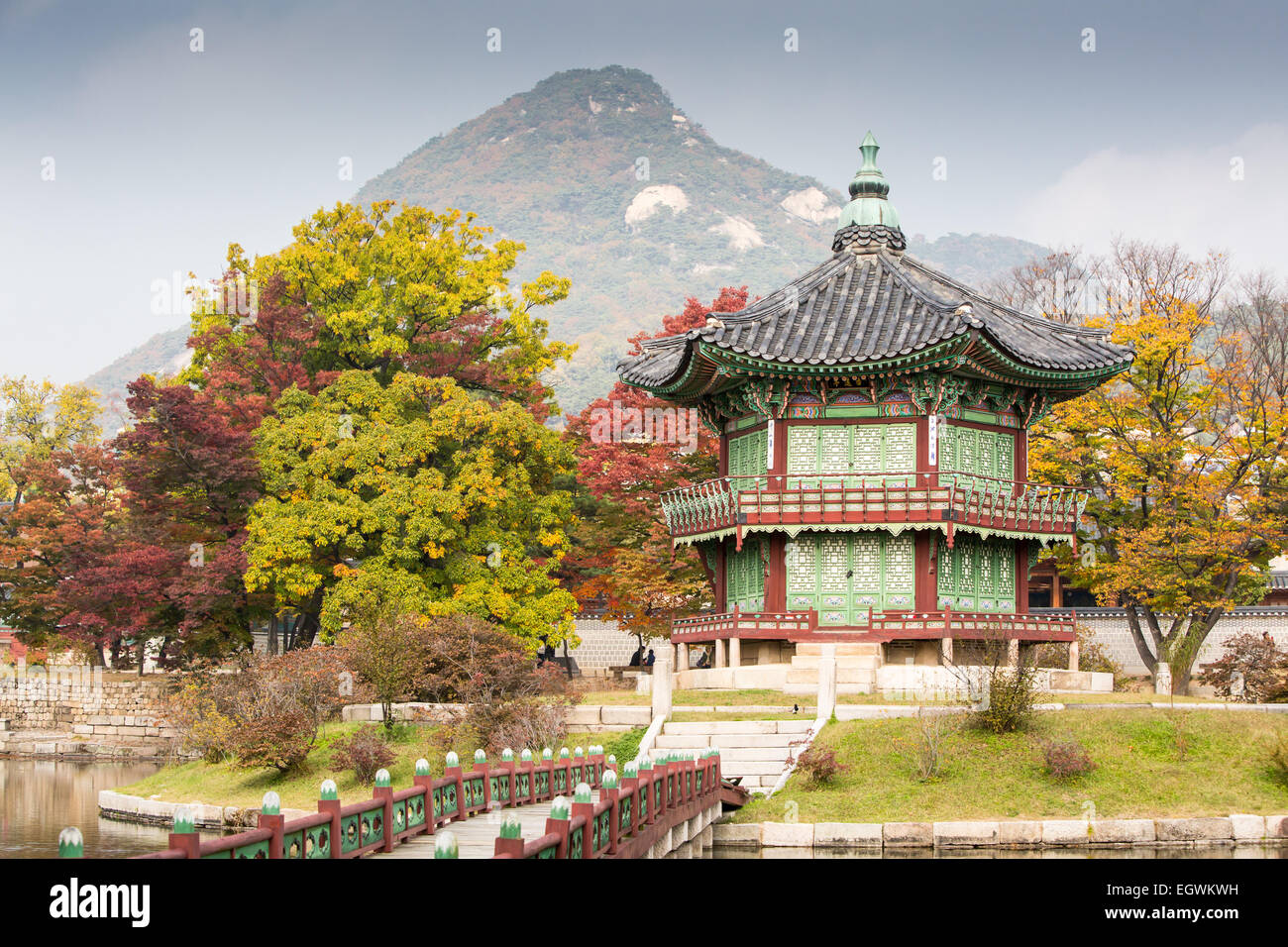 Gyeongbokgung Palace and its grounds on a fine autumn day in Seoul, South Korea. Stock Photo