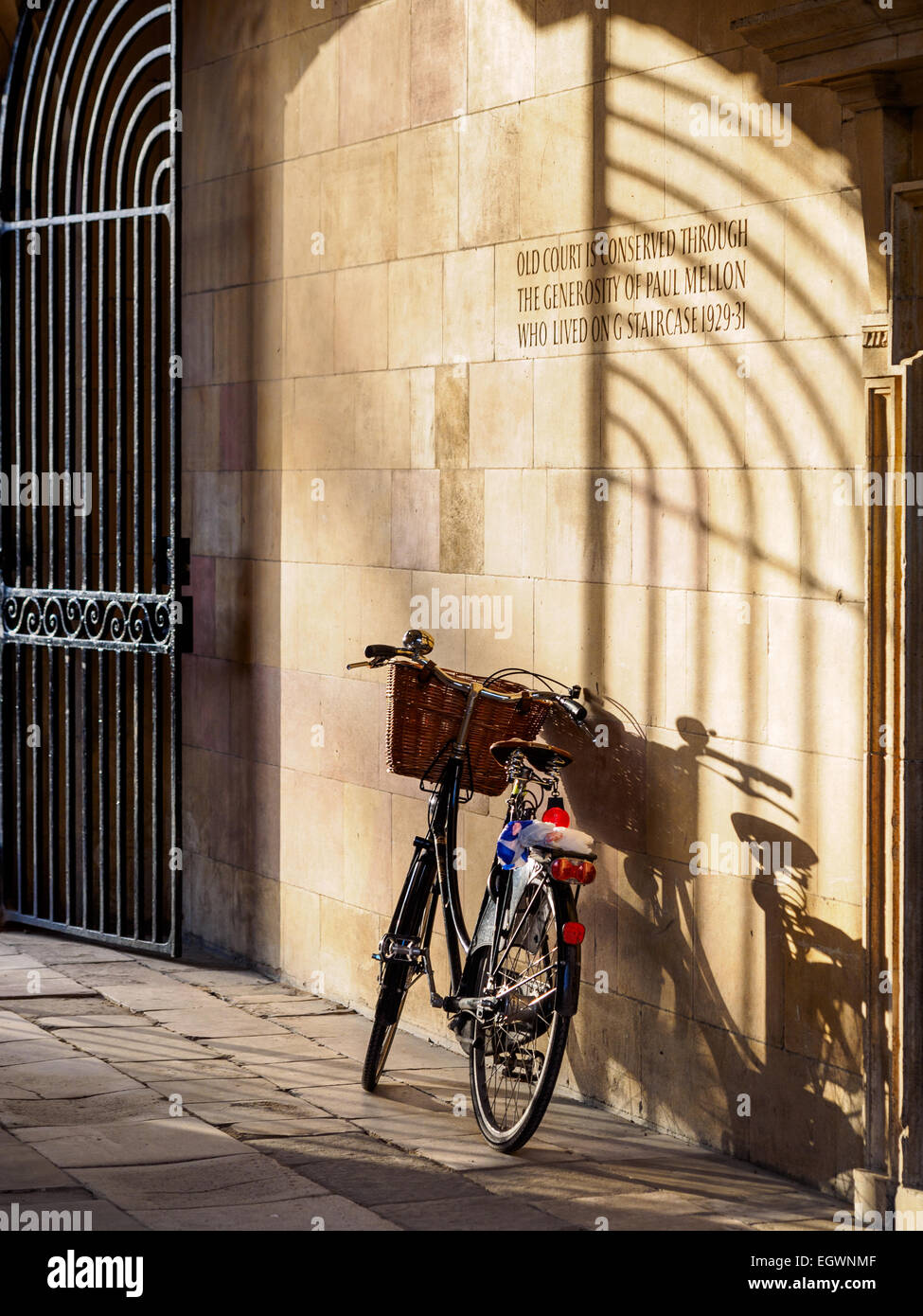 Cambridge Tourism Clare College - vintage style college bike parked in a picturesque gateway in Clare College, Cambridge - Stock Image
