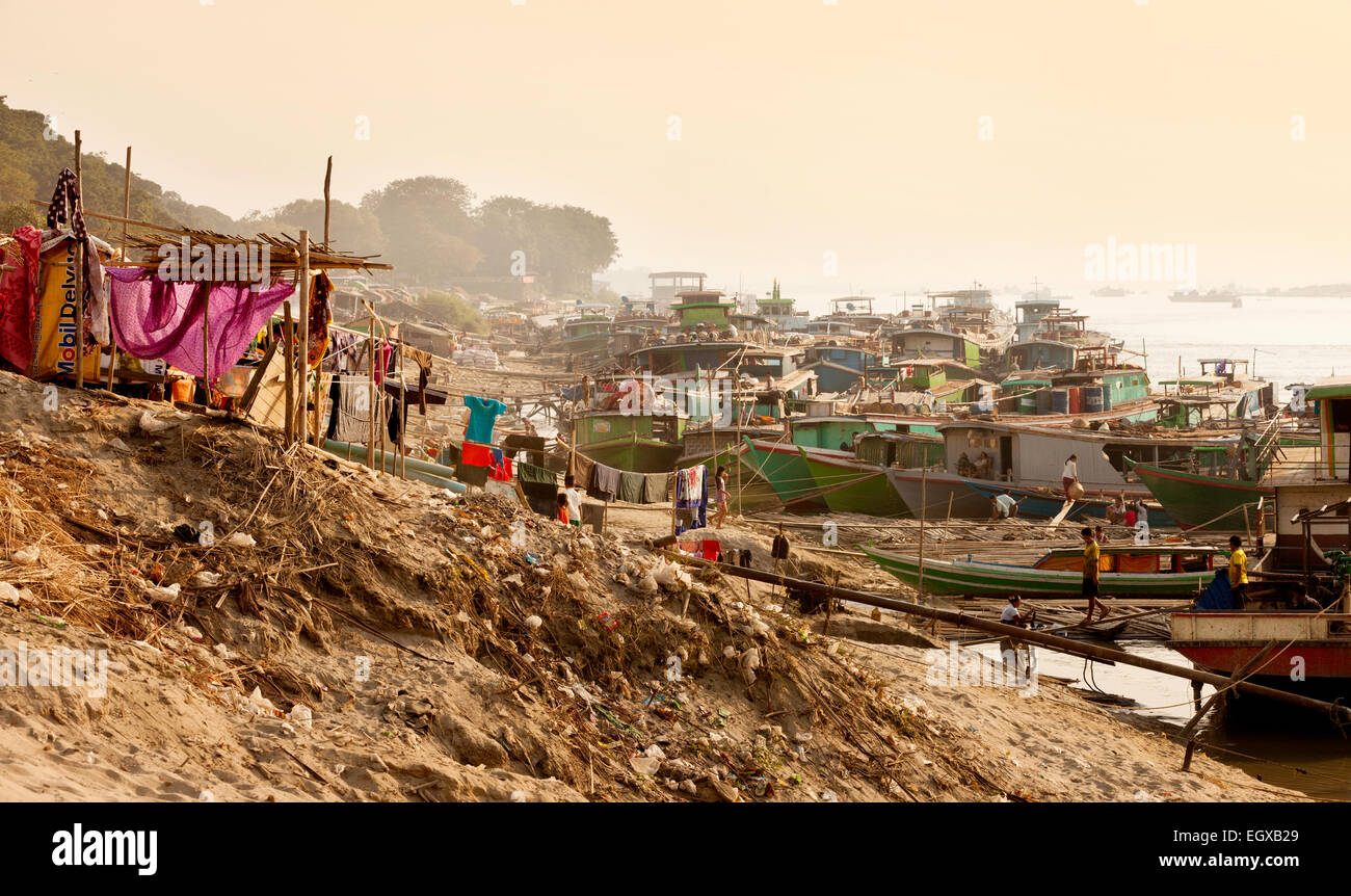 Slums in a shanty town on the banks of the Irrawaddy ( Ayeyarwady ) river at Mandalay, Myanmar ( Burma ), Asia - Stock Image