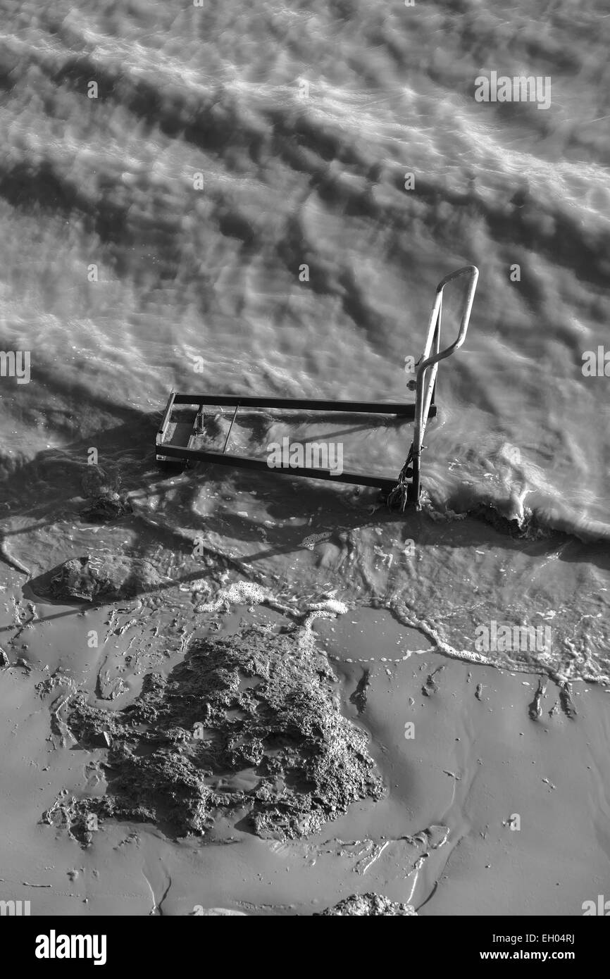An old shopping trolley abandoned in the River Humber - Stock Image