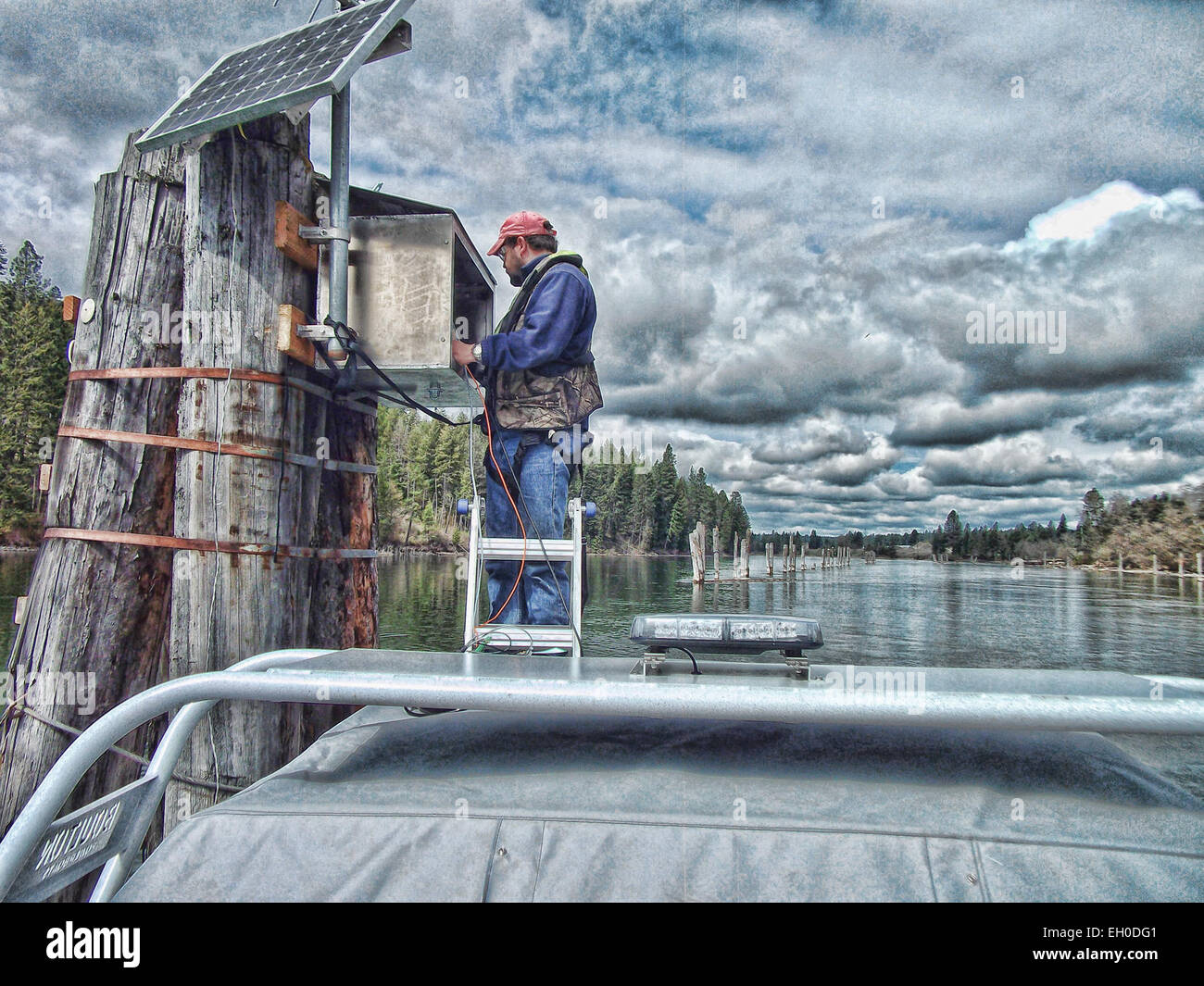 hyrdotech Pete Elliot, USGS, building a streamgage on the Coeur d'Alene River in Idaho - Stock Image