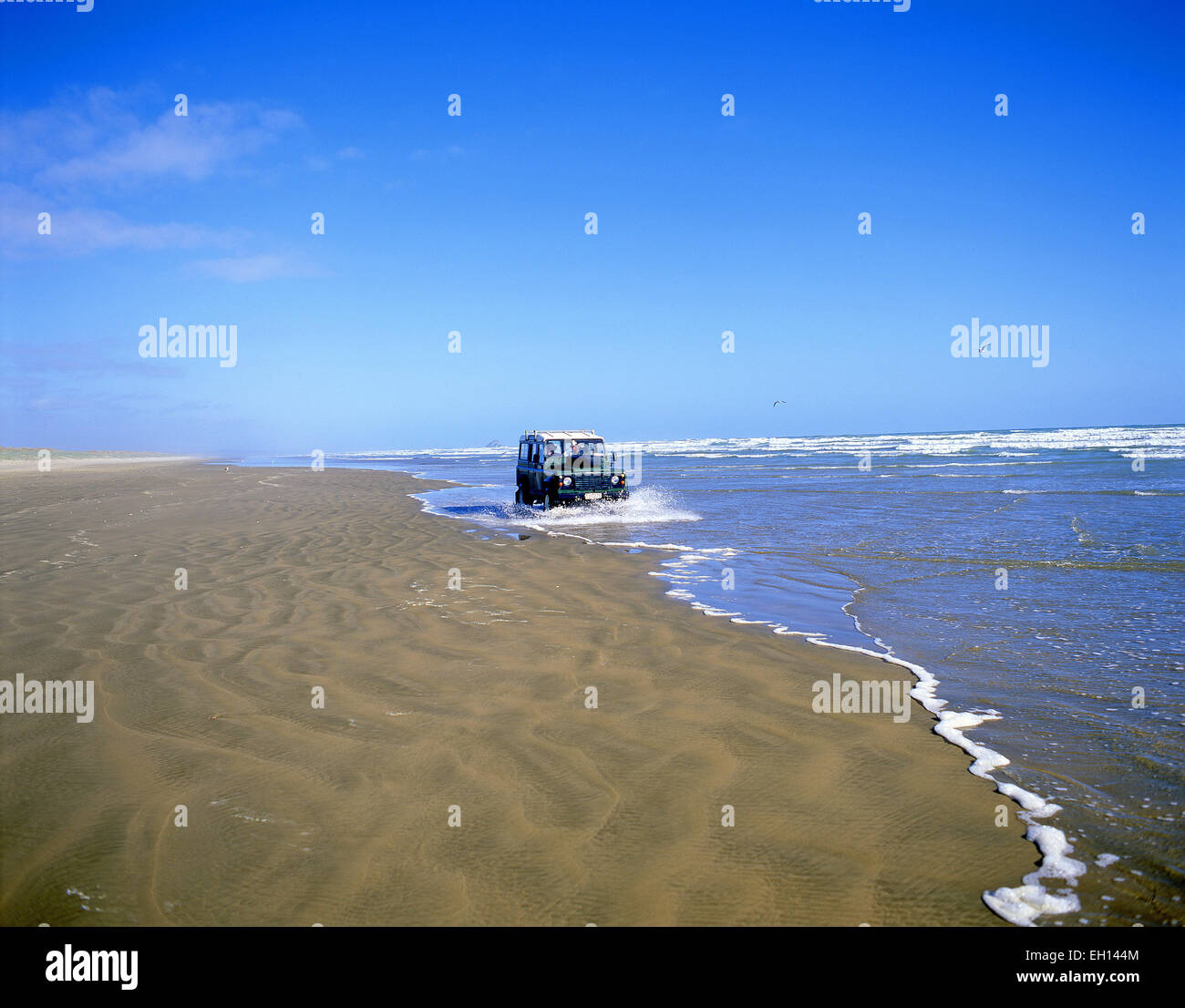 4WD Jeep driving on Ninety Mile Beach, Northland Region, North Island, New Zealand - Stock Image