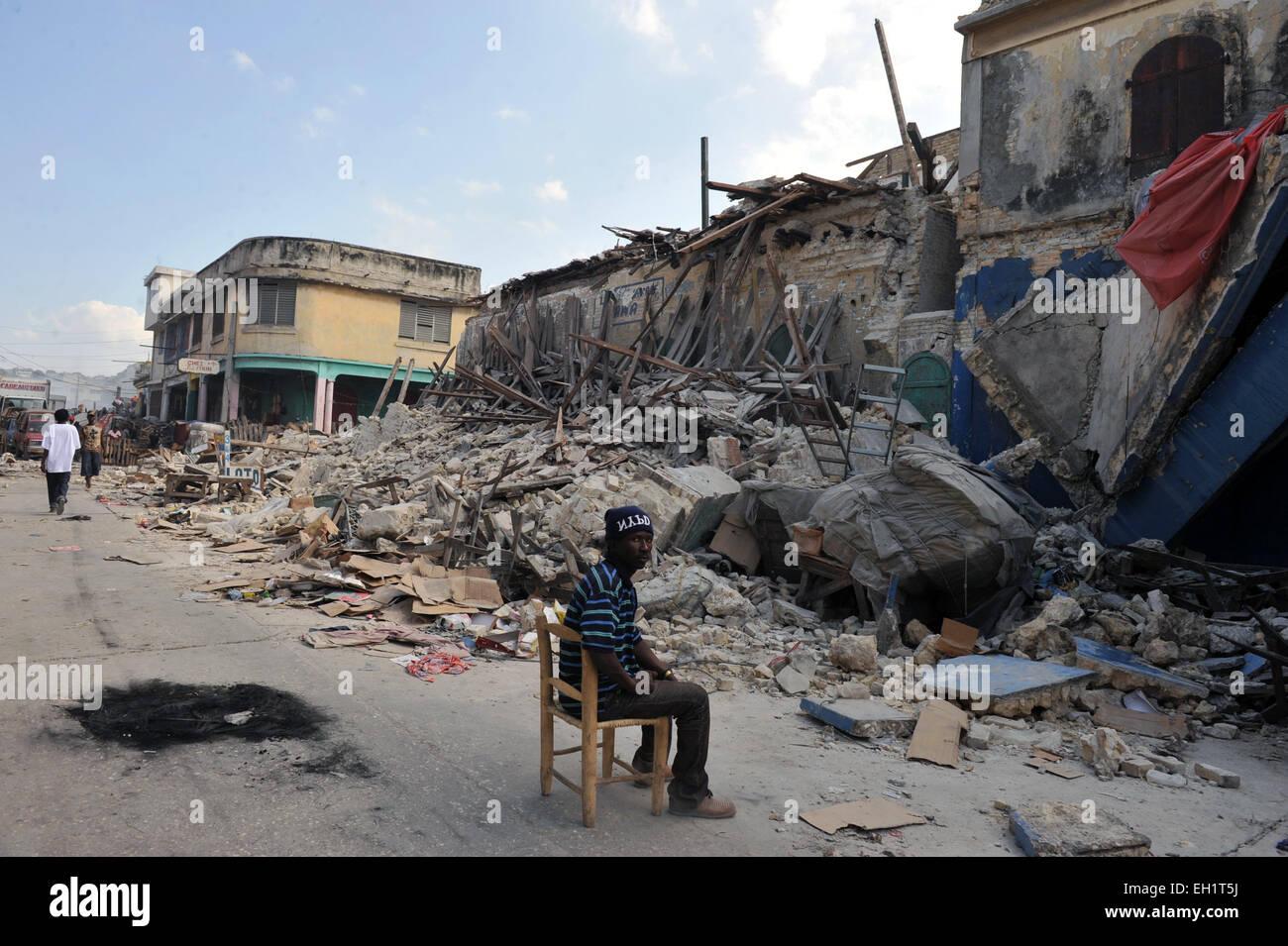 Earthquake survivors securing shops in  Port Au Prince, Haiti, 17 January, 2010. - Stock Image