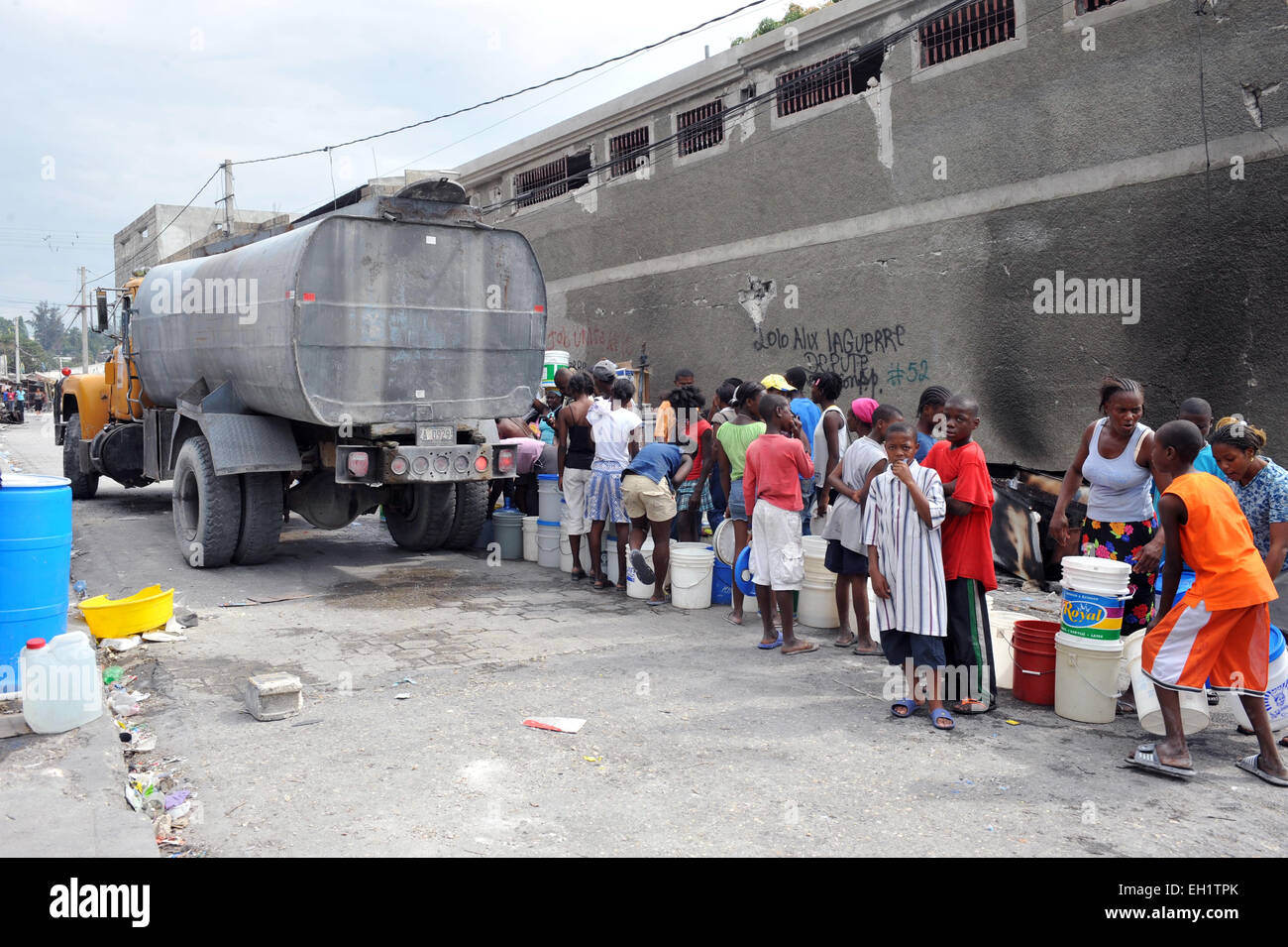 Earthquake survivors collect emergency water supplies in Port Au Prince, Haiti, 17 January, 2010. - Stock Image