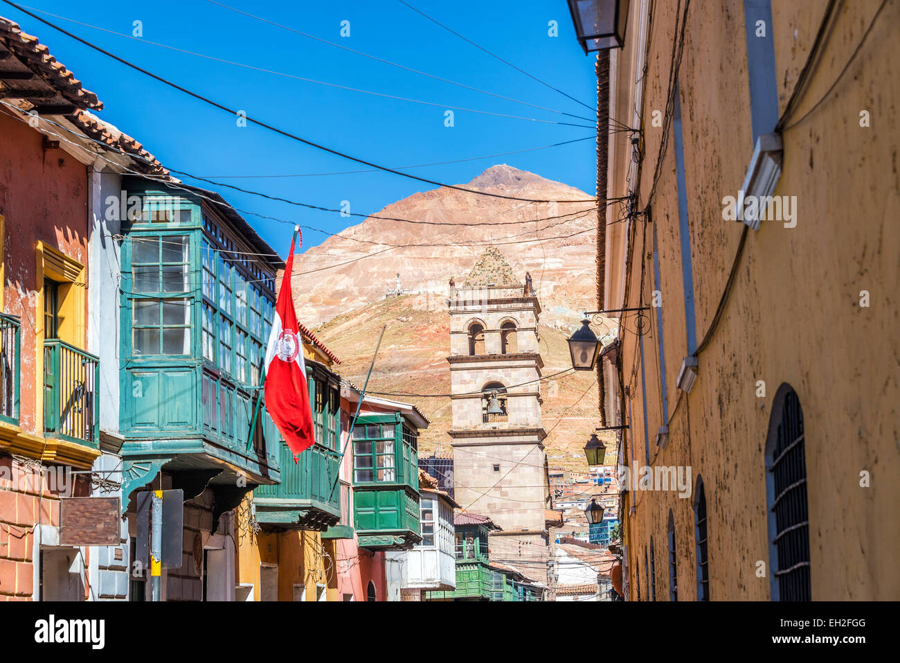 Looking down a street in the historic center of Potosi, Bolivia with the Cerror Rico in the background - Stock Image
