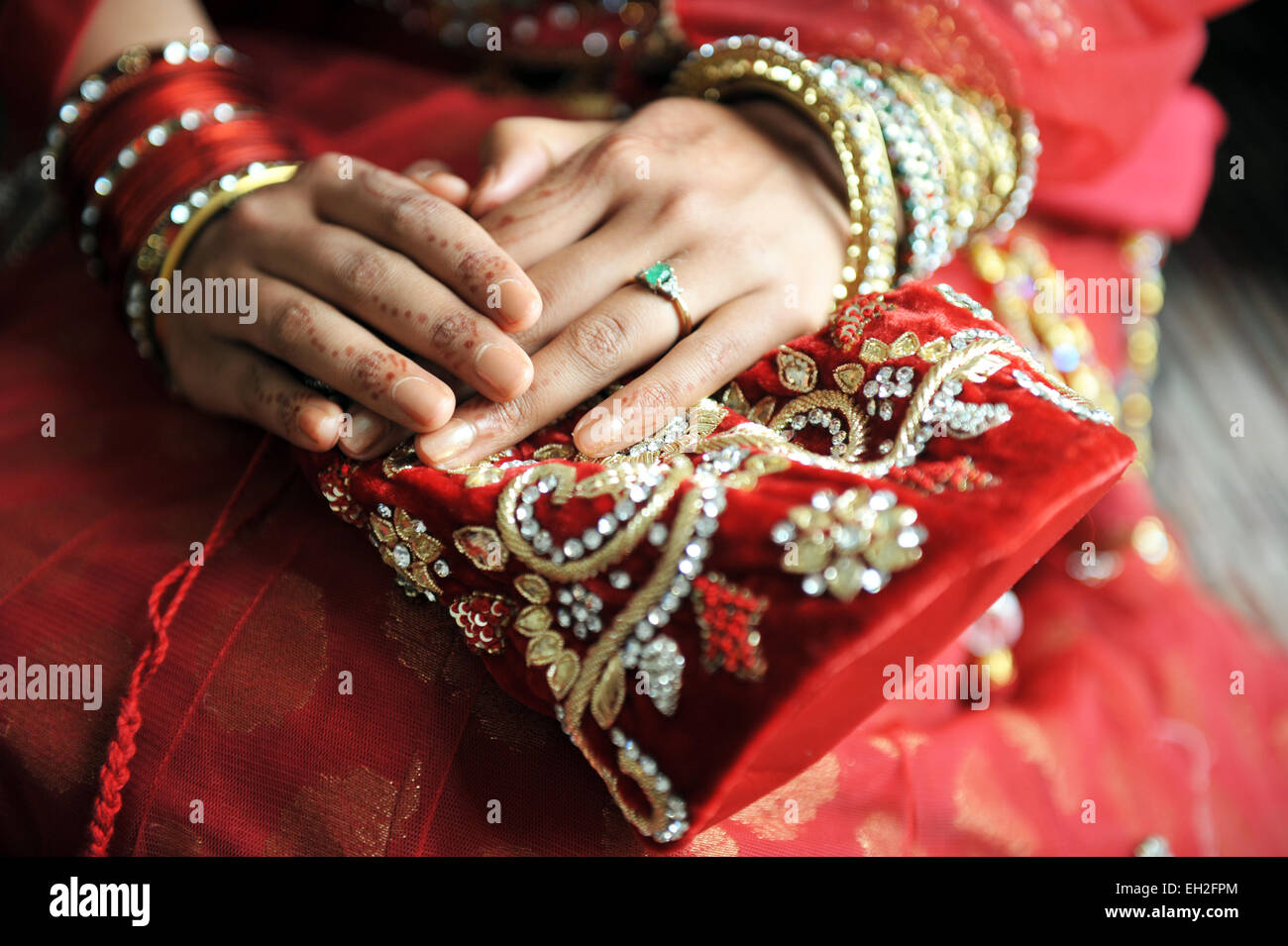Bride ready on her wedding day, wtih henna and traditional dress. - Stock Image