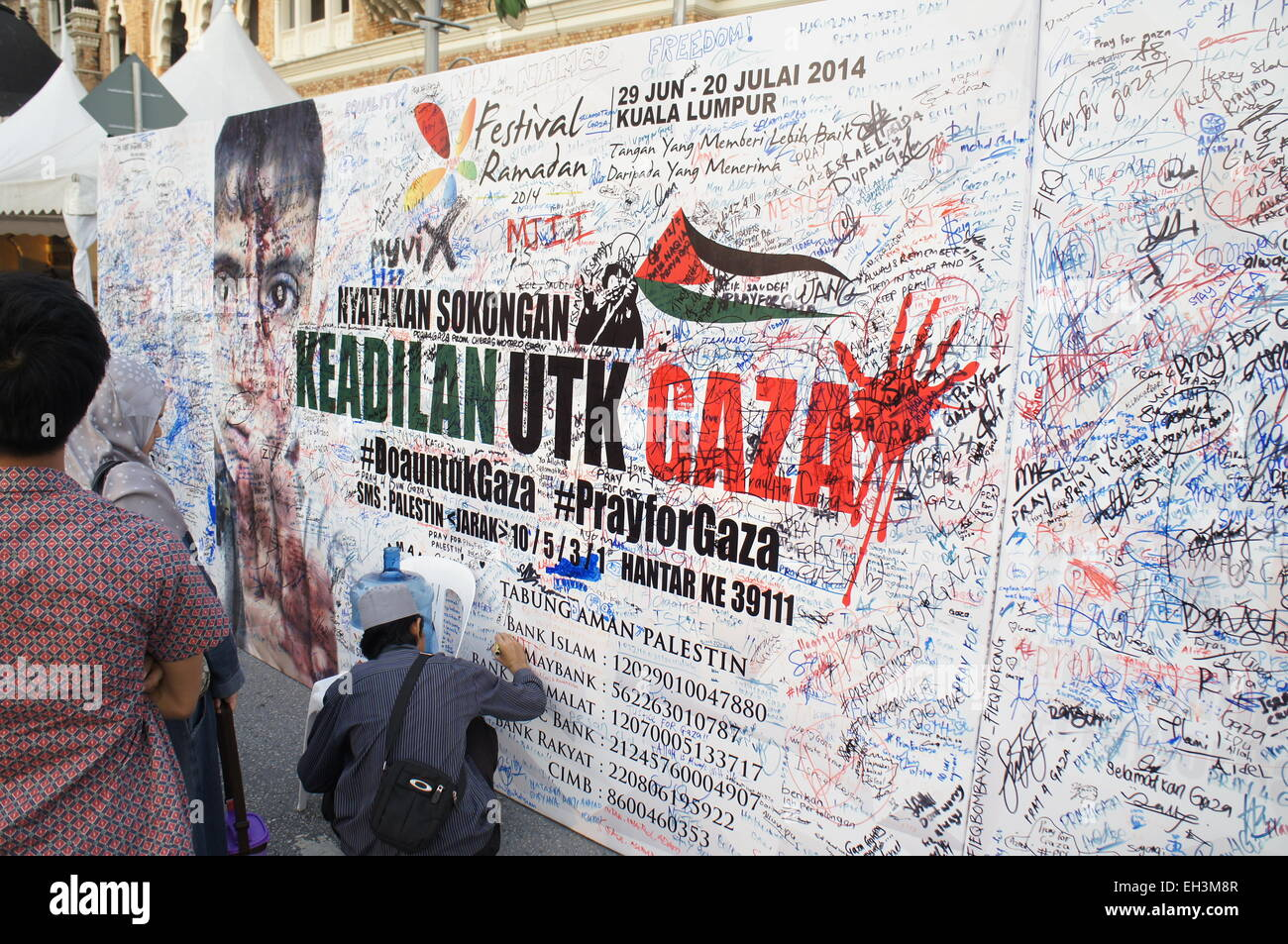 Malaysians signing petition in support of justice for Gaza, aid  donation campaign - Stock Image
