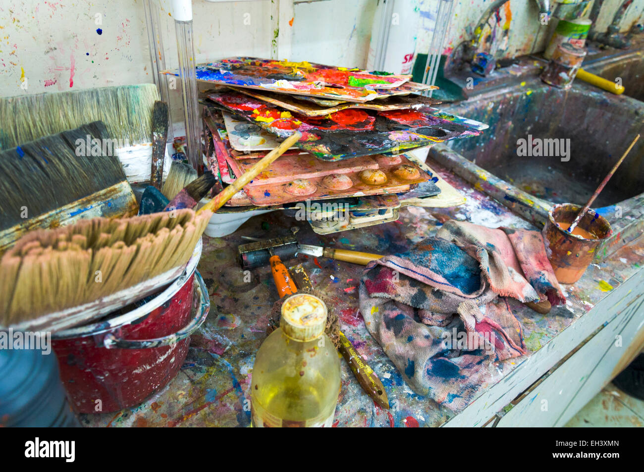 art paint painting mess messy color colour colors colours brush brushes sink clean up cleaning washing school schools - Stock Image