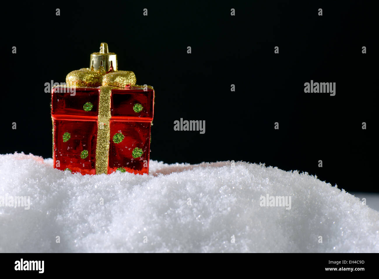 Christmas decoration Present on snow - Stock Image