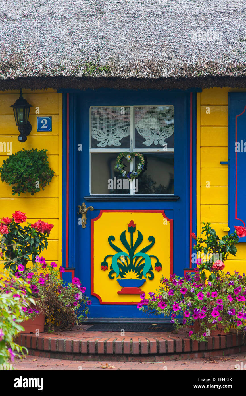 Decorated entrance door of idyllic thatched cottage at Born auf dem Darß / Darss, Fischland-Darss-Zingst, Germany - Stock Image