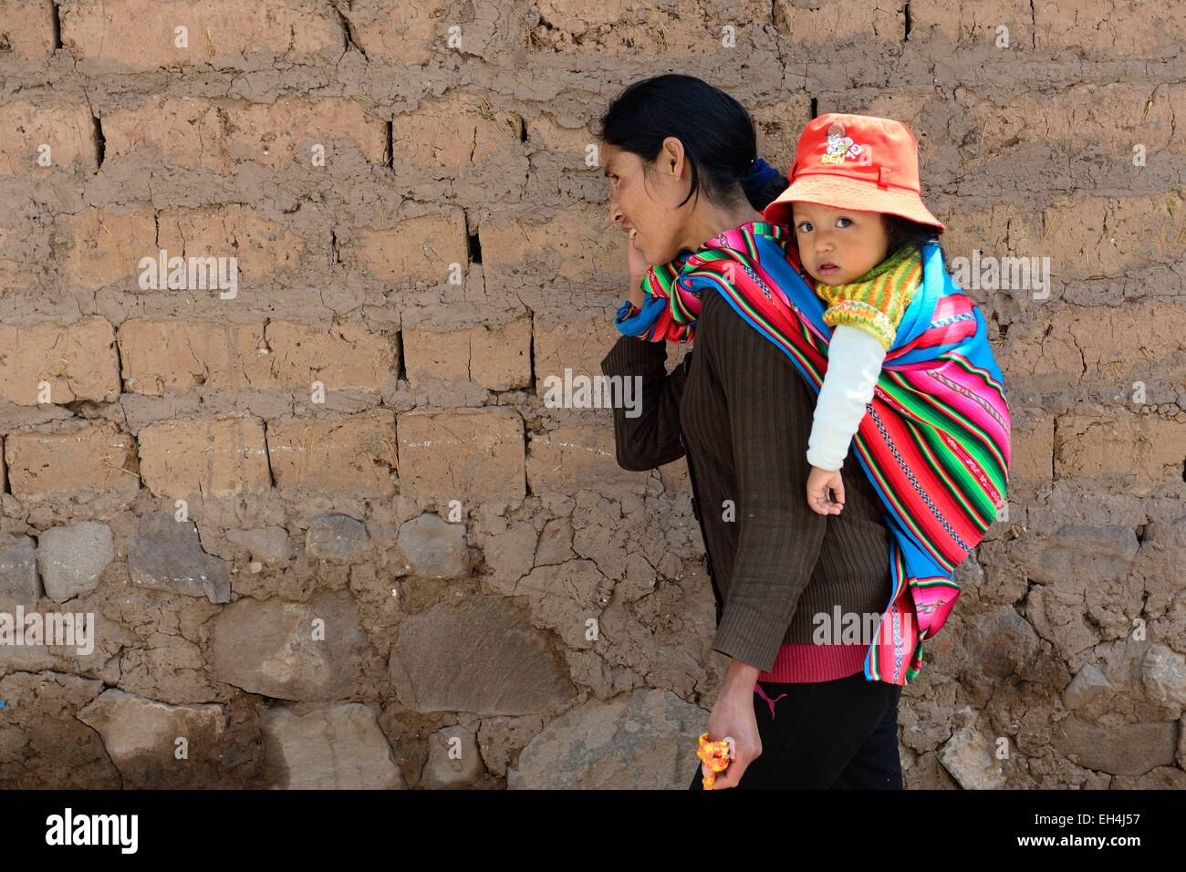Peru, Cuzco province, Cuzco, listed as World Heritage by UNESCO, Peruvian and her daughter wrapped in a poncho - Stock Image