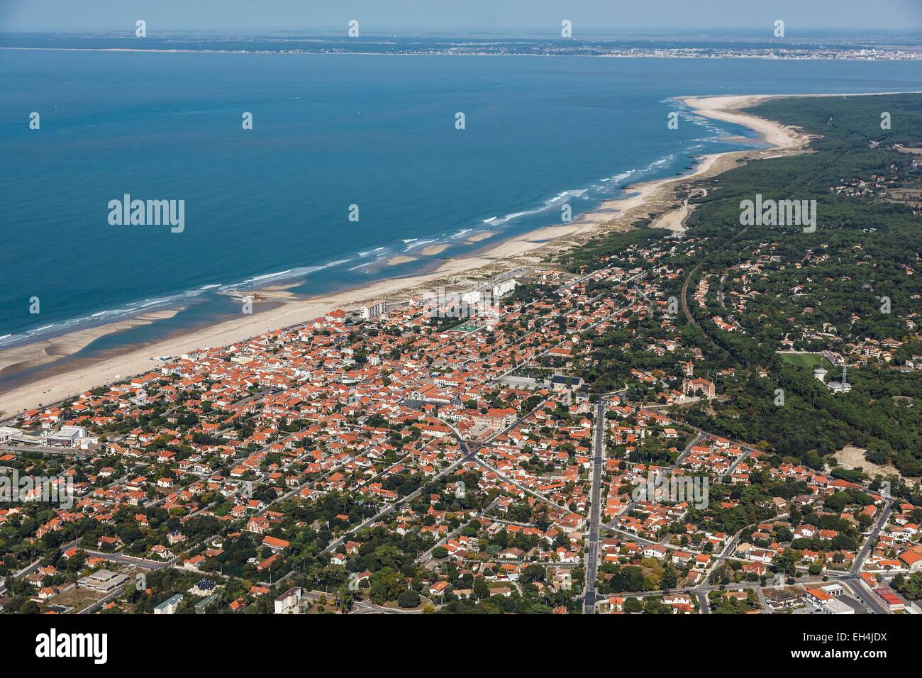 France, Gironde, Soulac sur Mer, the seaside resort and the coast to the Gironde estuary (aerial view) - Stock Image