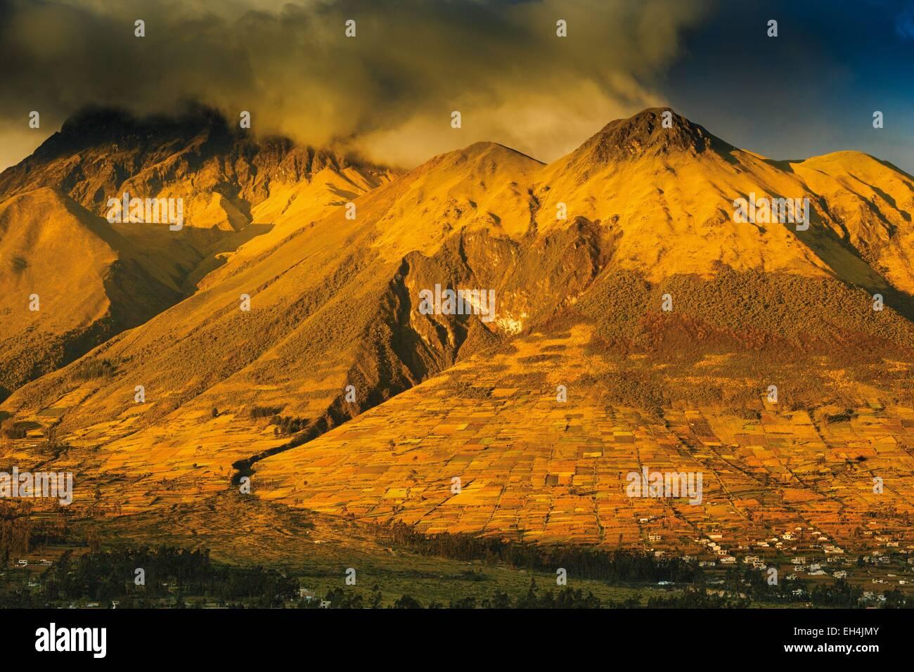 Ecuador, Imbabura, Otavalo, view of Imbabura volcano in the clouds at sunset - Stock Image