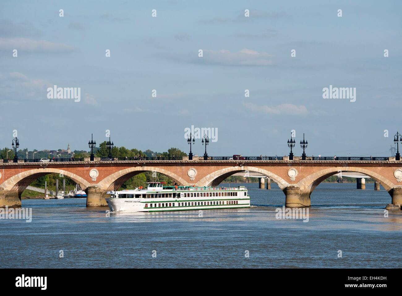 France, Gironde, Bordeaux, area listed as World Heritage by UNESCO, stone bridge over the River Garonne, cruise - Stock Image