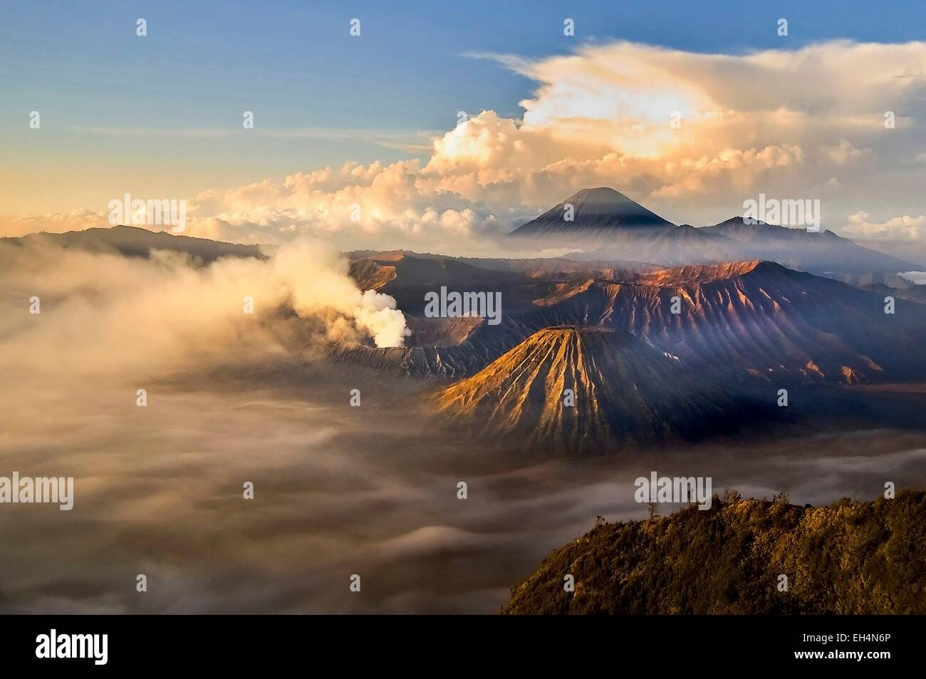 Indonesia, Java, Jawa Timur, Bromo-Tengger-Semeru National Park, sunrise over the volcanoes viewed from mount Penanjakan - Stock Image
