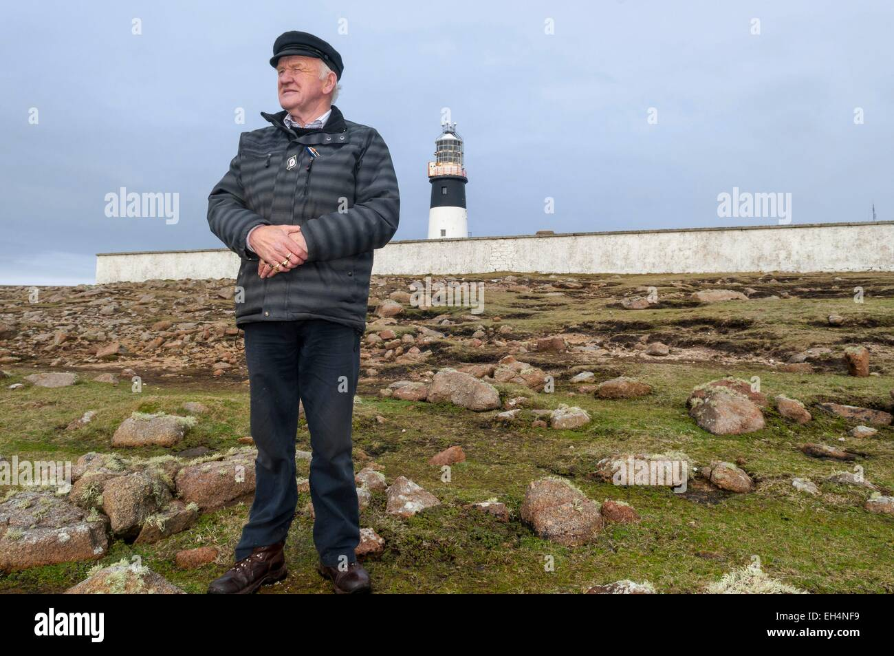 Ireland, Ulster, Donegal County, island of Tory, Patsy Dan Rodgers, the King of Tory in front of lighthouse on west - Stock Image