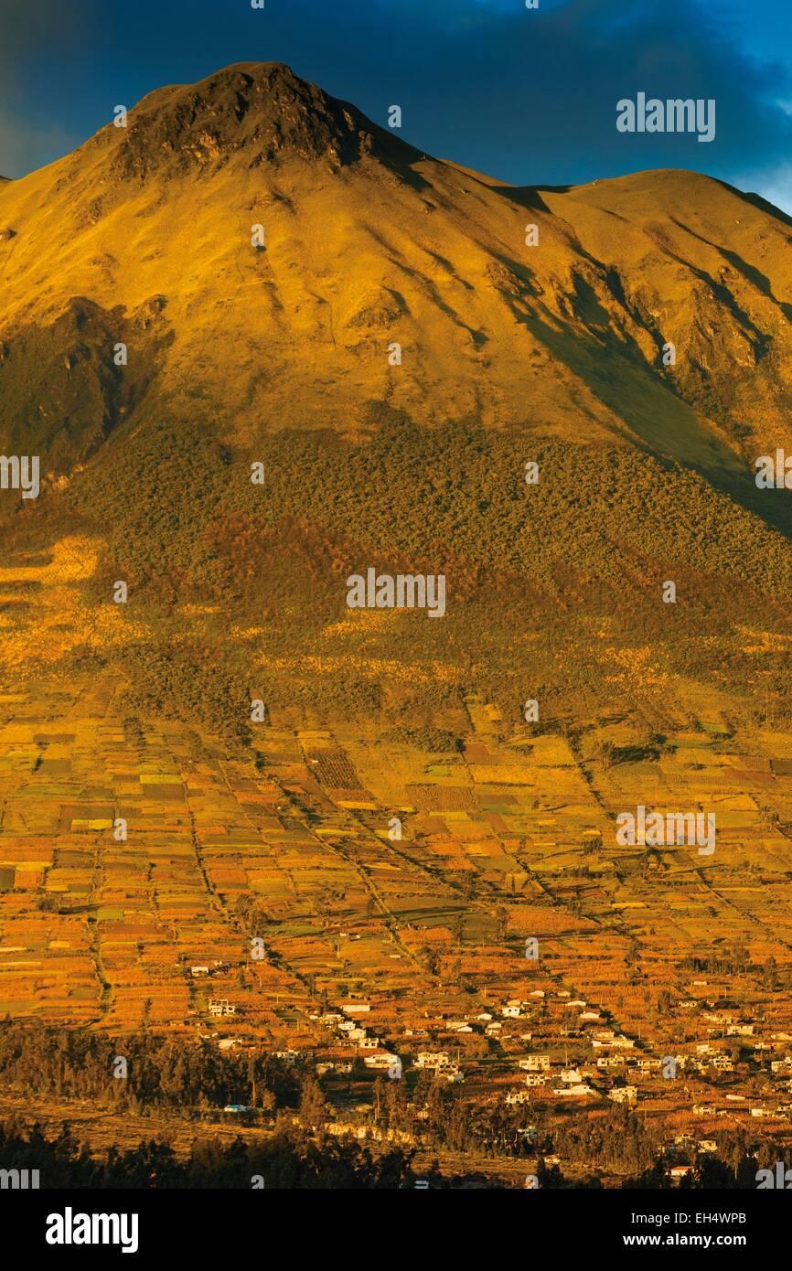 Ecuador, Imbabura, Otavalo, view of the Imbabura volcano at sunset - Stock Image