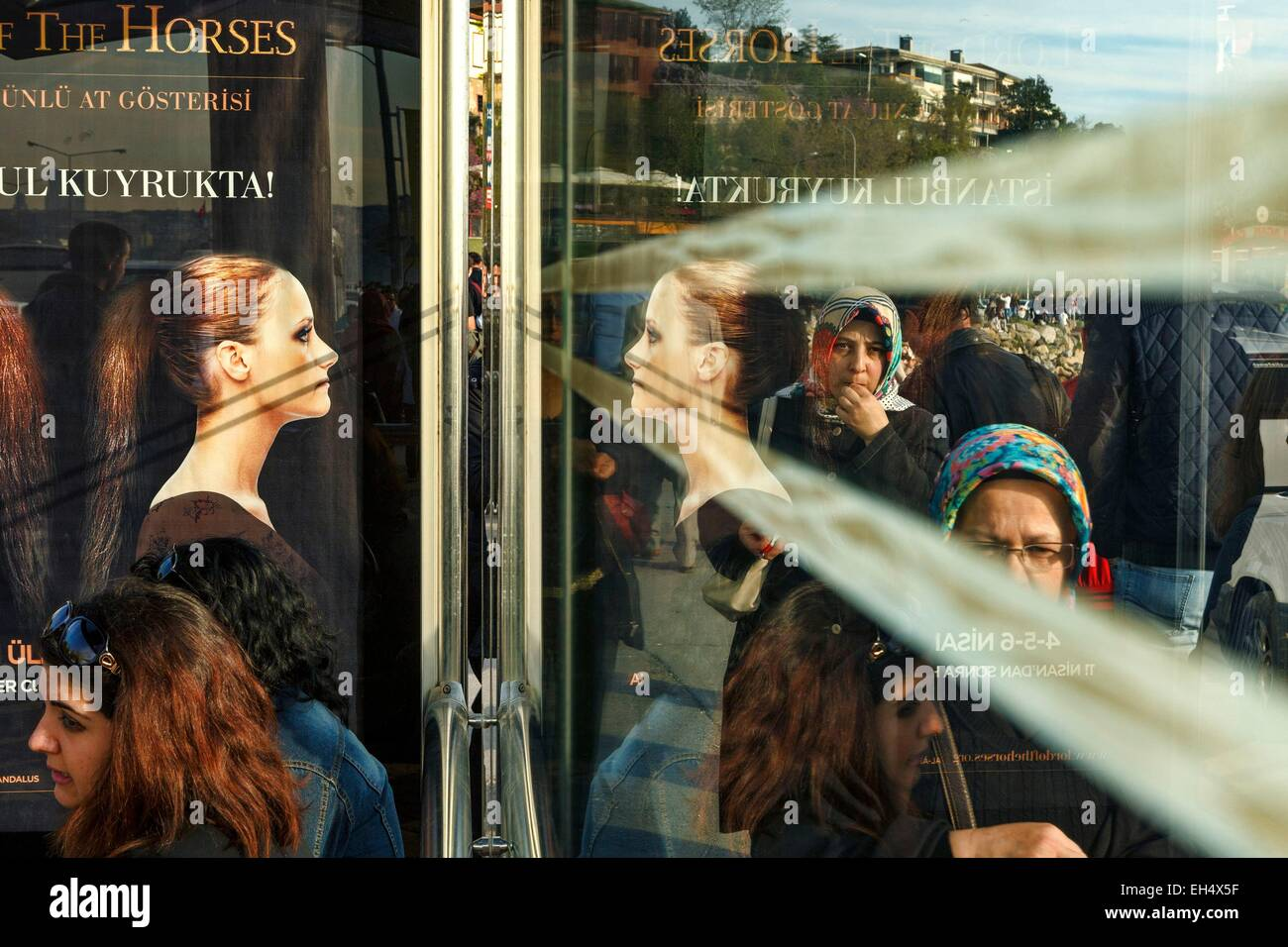 Turkey, Istanbul, Uskudar district, persons on a bus stop on the banks of the Bosphorus - Stock Image