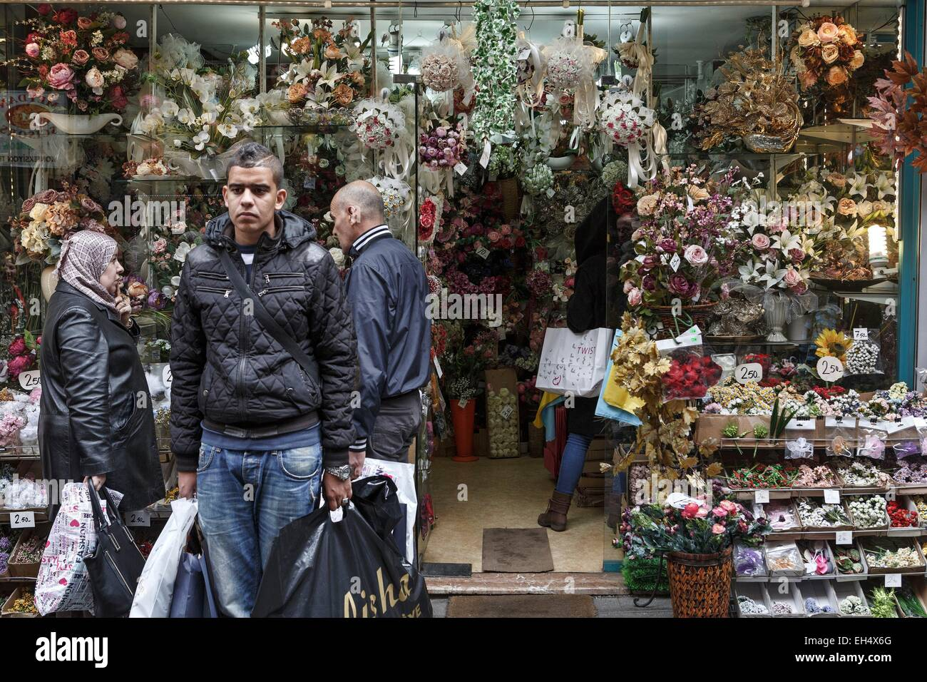 Turkey, Istanbul, Mercan, clients in a florist - Stock Image