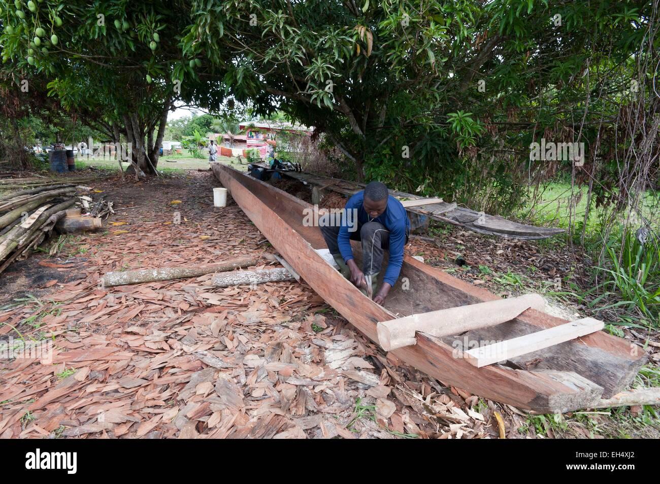 France, French Guiana, Parc Amazonien de Guyane (Guiana Amazonian Park), Providence, manufacturing a pirogue - Stock Image