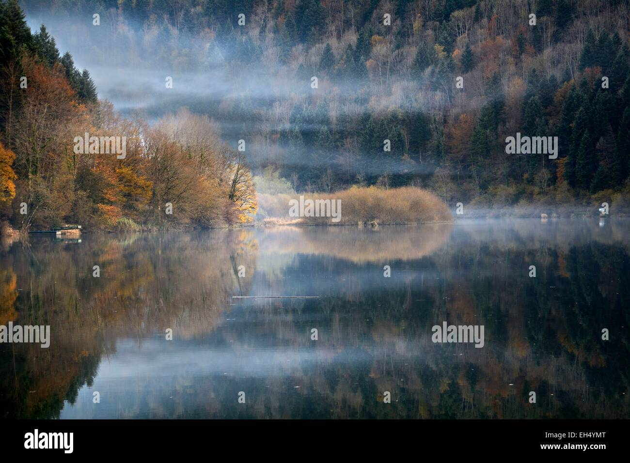 France, Doubs, Glere, Mist on the Doubs valley of Switzerland in the autumn border - Stock Image