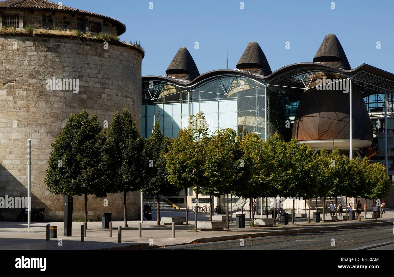 France, Gironde, Bordeaux, Law court County court realized by the architect Richard Rogers, and tower of the castle - Stock Image