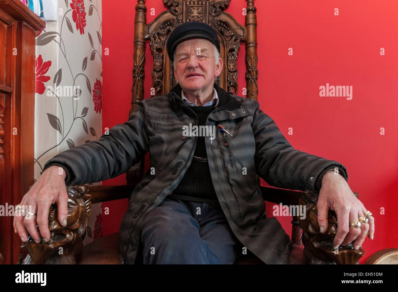 Ireland, Ulster, Donegal County, island of Tory, Patsy Dan Rodgers the King Of Tory in his home on his throne offering - Stock Image