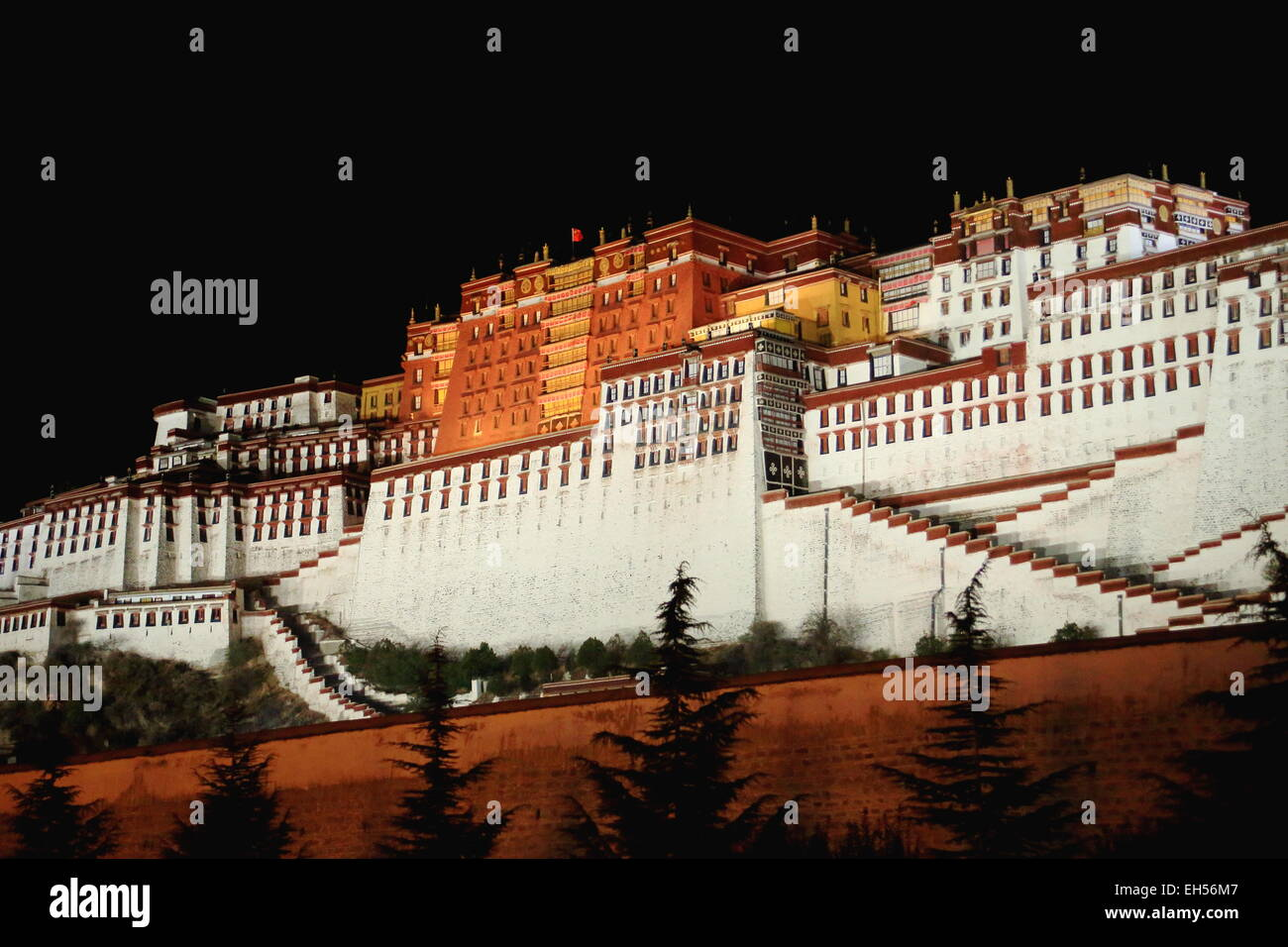 Potala palace at night with the Potrang Karpo-White Palace to the East and the Potrang Marpo-Red Palace to the west - Stock Image