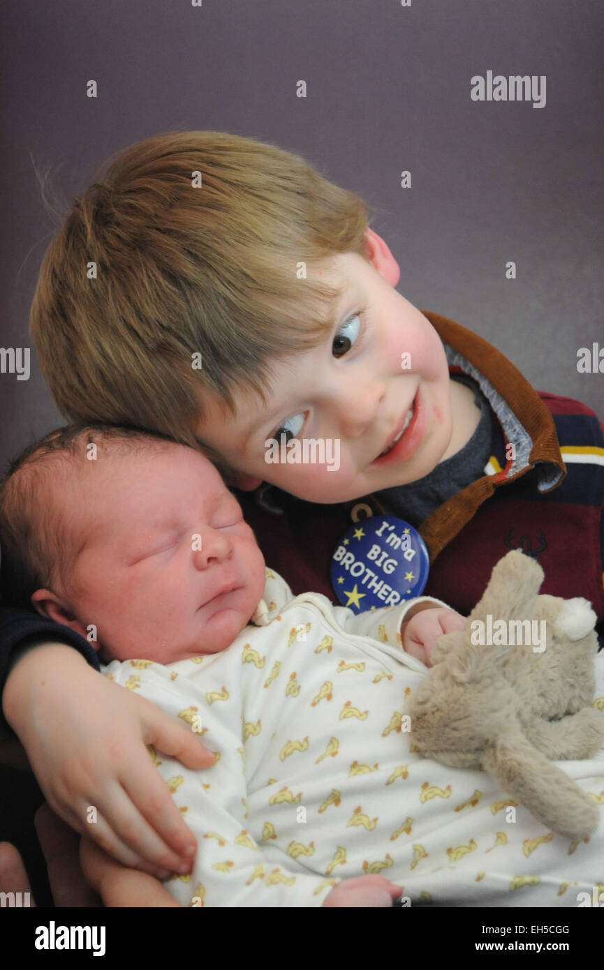 A big brother meets his newborn little baby brother for the first time in hospital - Stock Image