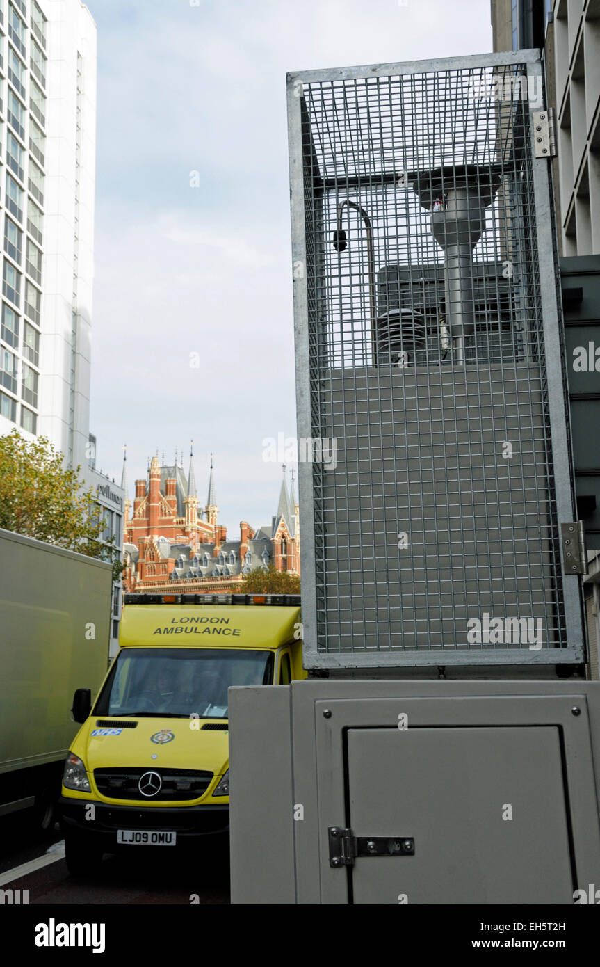 Pollution Monitor Euston Road with approaching ambulance and St. Pancras in background - 11th most polluted road - Stock Image