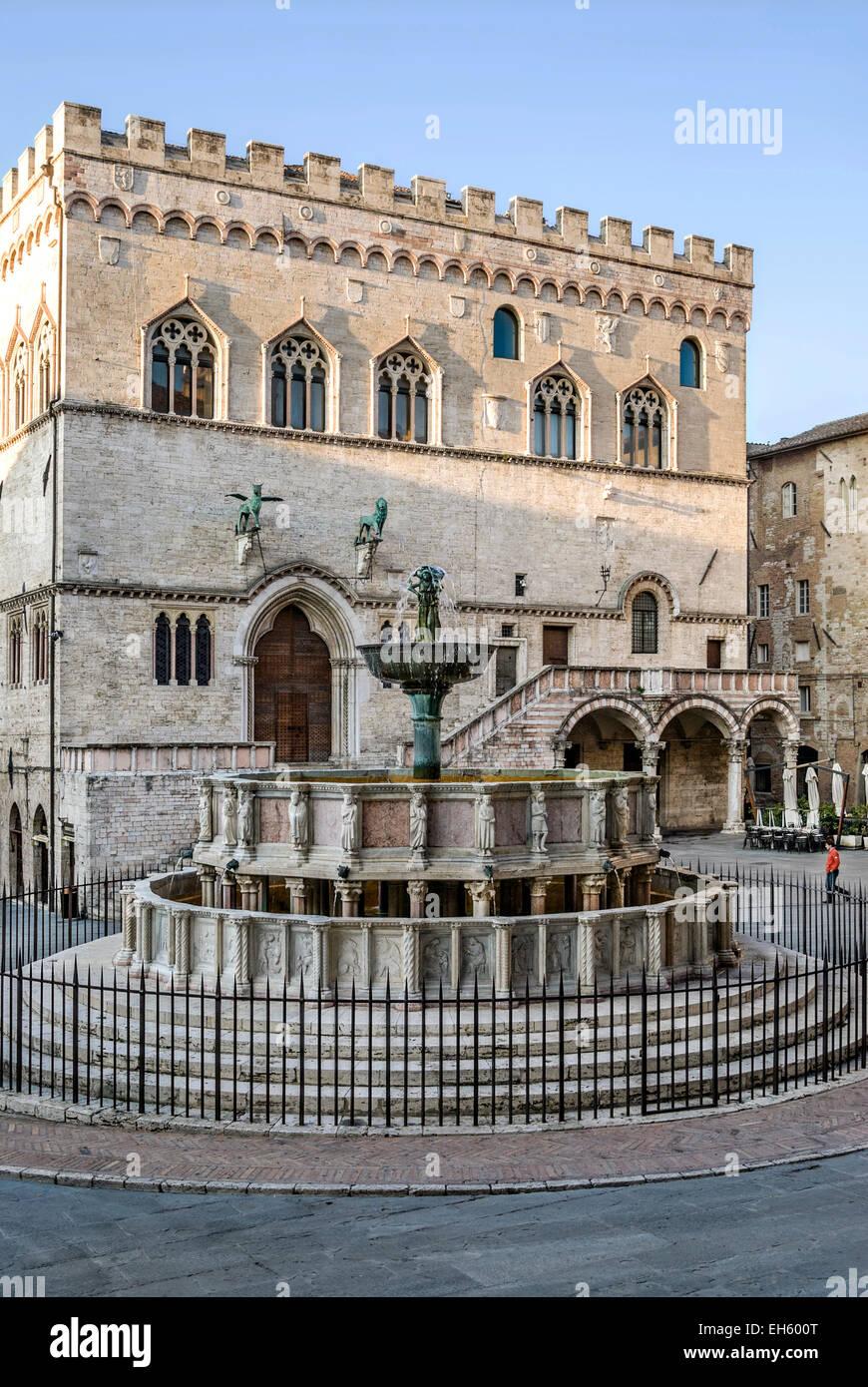 Fontana Maggiore Fountain in front of Palazzo dei Priori, Perugia, Umbria, Italy   Springbrunnen, Perugia, Umbrien, Stock Photo