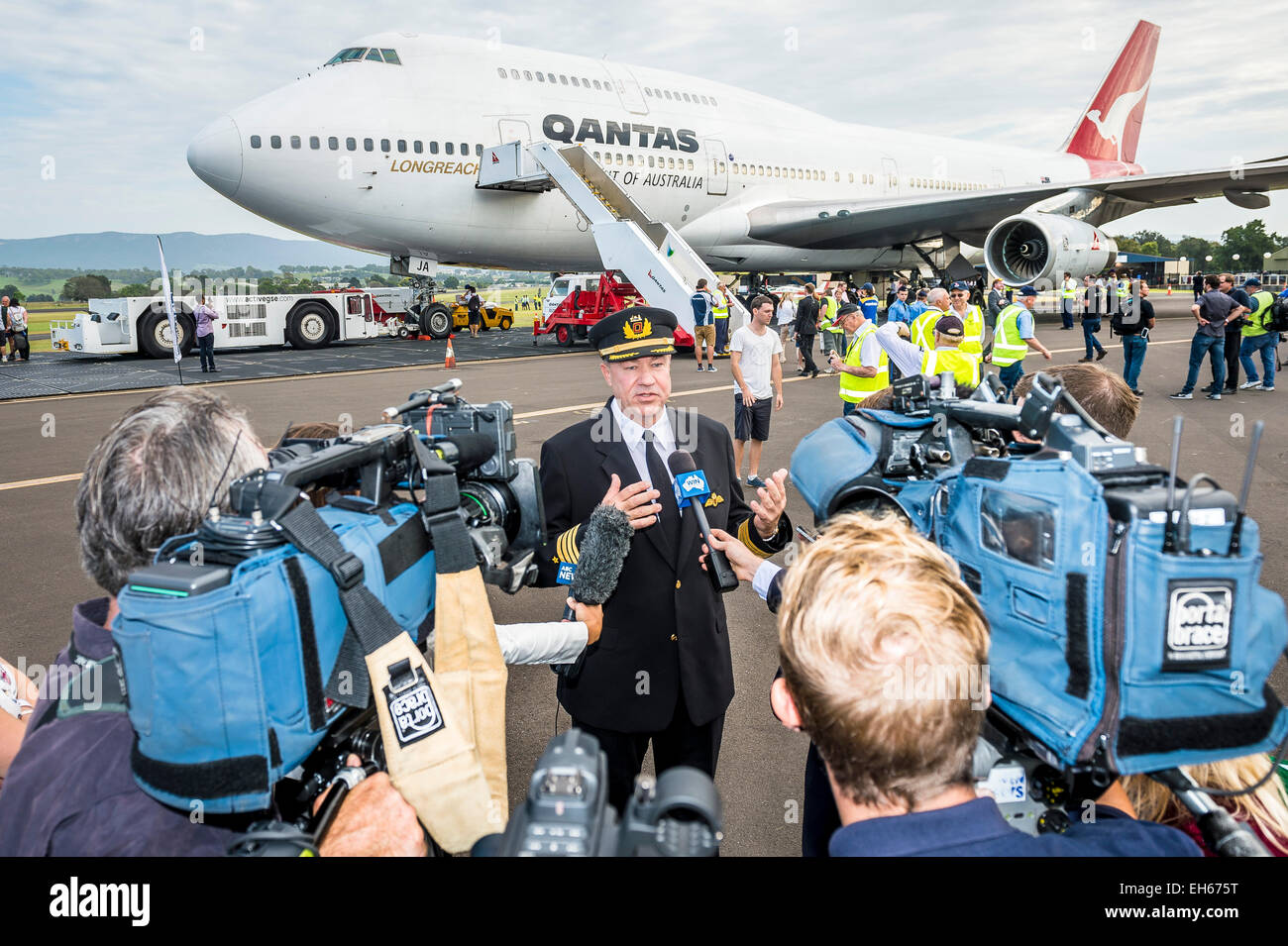 Sydney, Australia. 8th March, 2015. Media help recreating the historic photograph of the record breaking crew that - Stock Image