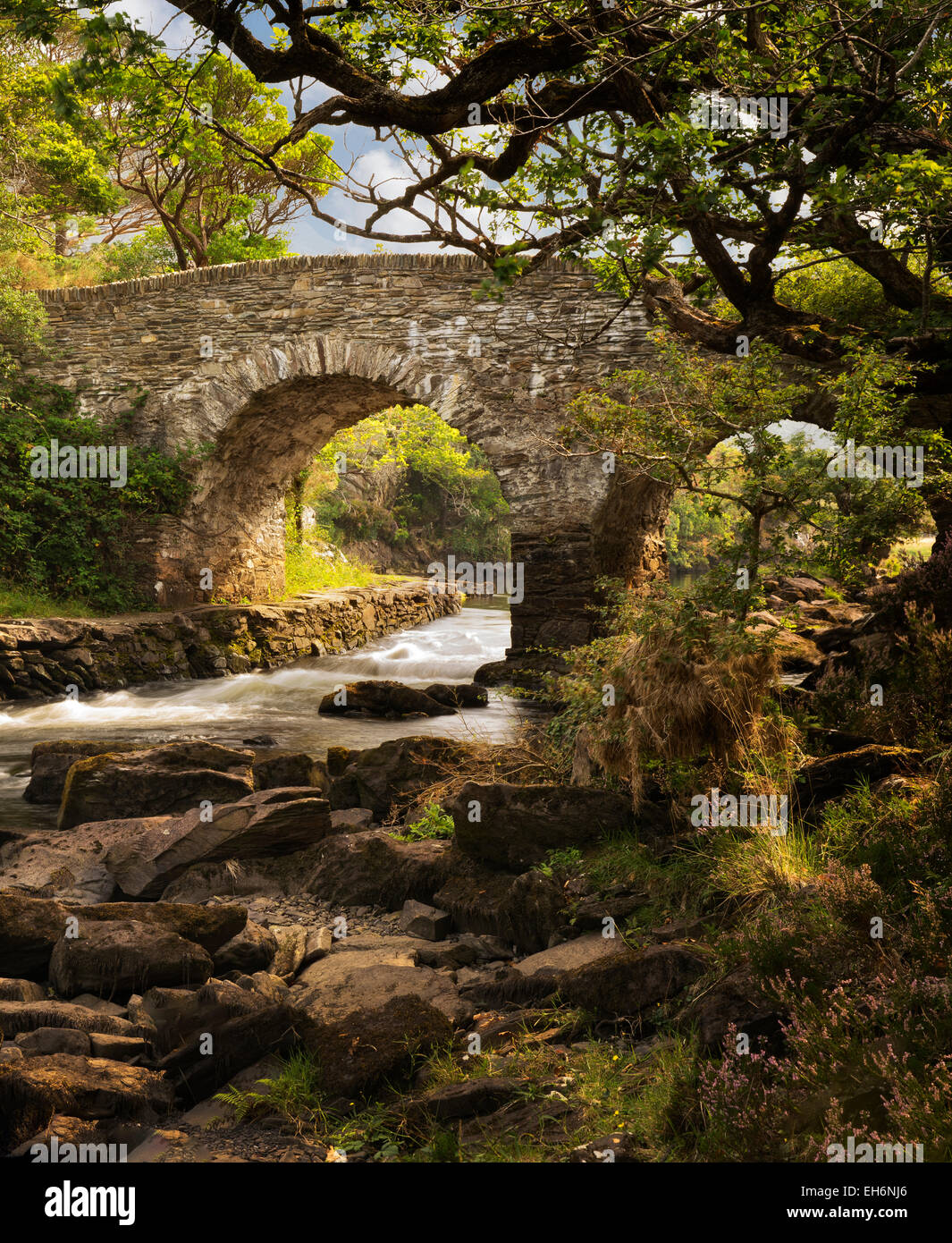 Old weir bridge. Kilanrney Lakes, Gap of Dunloe. Killarney National Park, Ireland - Stock Image