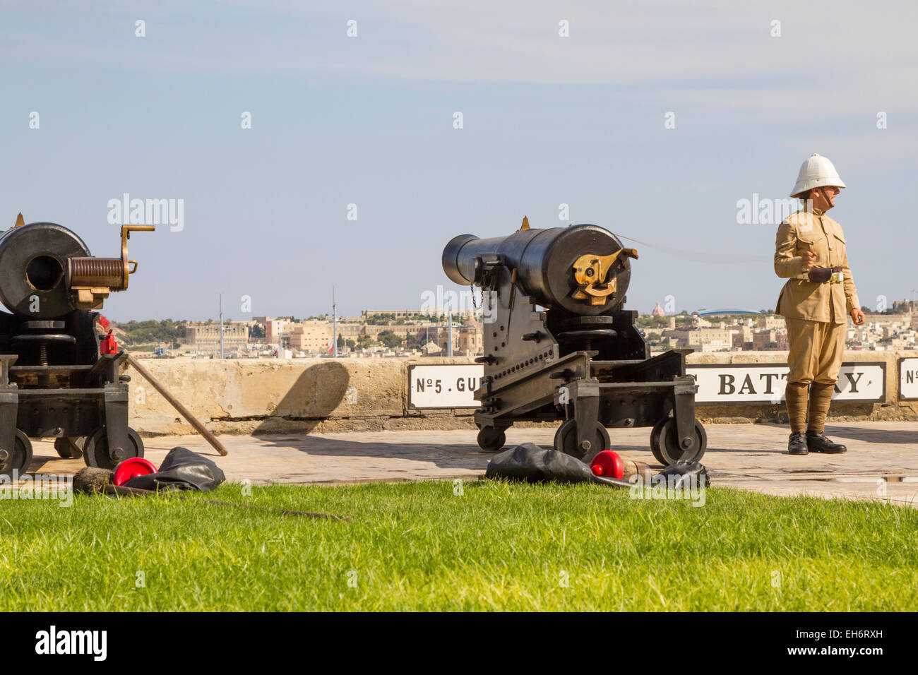 The midday cannon about to be fired from the saluting battery, Upper Barracca Gardens, Valletta. Malta. - Stock Image