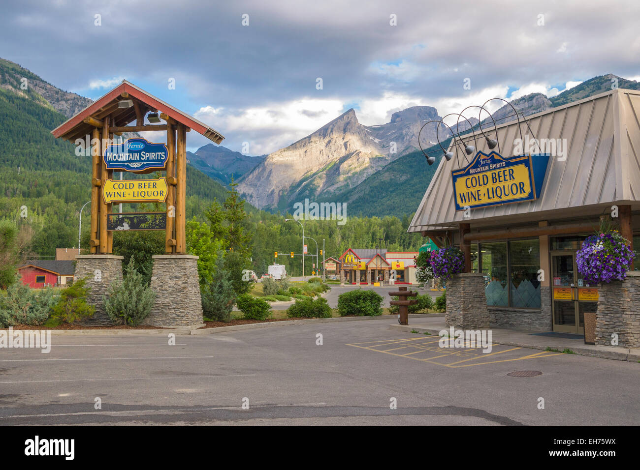 'Fernie Mountain Spirits' beer, wine and liquor store, with the spectacular 'Three Sisters' Rocky - Stock Image