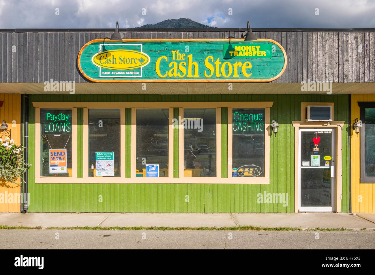'The Cash Store', Fernie, BC, Canada.  Offers cheque cashing, money transfer, phone cards and payday loans. - Stock Image